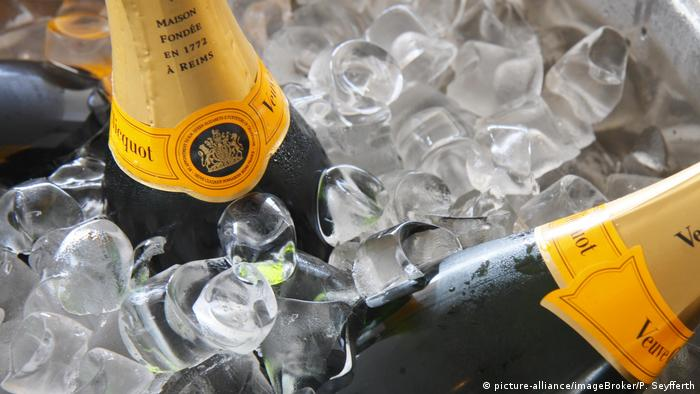 Champagne bottles on ice (picture-alliance/imageBroker/P. Seyfferth)