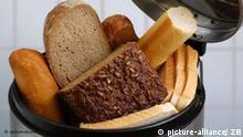 Verschiedene Brotsorten, wie Mischbrot, Roggen-Vollkornbrot, Toastbrot und Baguette in einem Mülleimner, aufgenommen am 27.08.20007 (gestelltes Illustrationsfoto zum Thema Lebensmittel, Brot, Wegwerfen). In Gaststätten, Gro¯küchen und Supermärkten landet täglich tonnenweise Brot im Müll, weil es angeschnitten ist und am nächsten Tag nicht mehr angeboten oder verkauft werden darf. Auch in vielen privaten Haushalten landet Brot im Abfalleimer, sobald es nicht mehr taufrisch ist. Der Zentralverband des Deutschen Bäckerhandwerks hat Preiserhöhungen für Backwaren zwischen fünf und 20 Prozent angekündigt. Foto: Hans Wiedl +++(c) dpa - Report+++