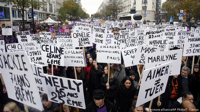 Women in Paris hold placards with the names of women killed by their husband since the beginning of the year (picture-alliance/AP Photo/T. Camus)