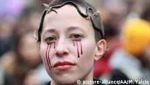 PARIS, FRANCE - NOVEMBER 23: People gather to protest against sexual violence in front of the Opera Garnier in Paris, France on November 23, 2019. Mustafa Yalcin / Anadolu Agency | Keine Weitergabe an Wiederverkäufer.