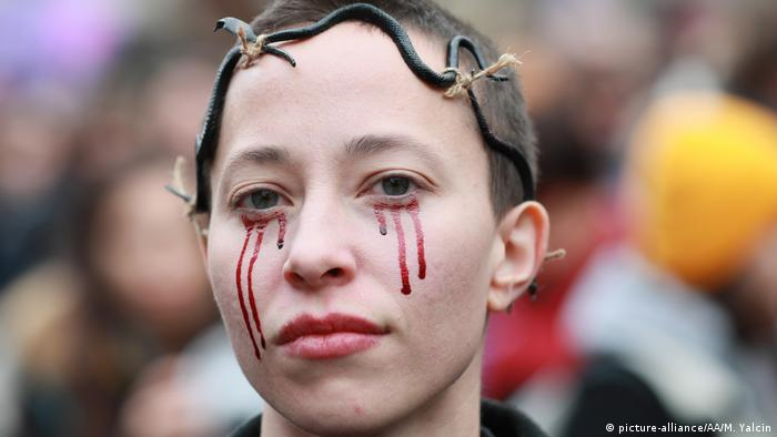 Woman wearing crown of thorns, fake blood on face (picture-alliance/AA/M. Yalcin)