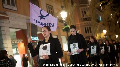 مسيرة ليلية صامتة بمدينة مالقا الإسبانية في اليوم العالمي لمناهضة العنف ضد المرأة