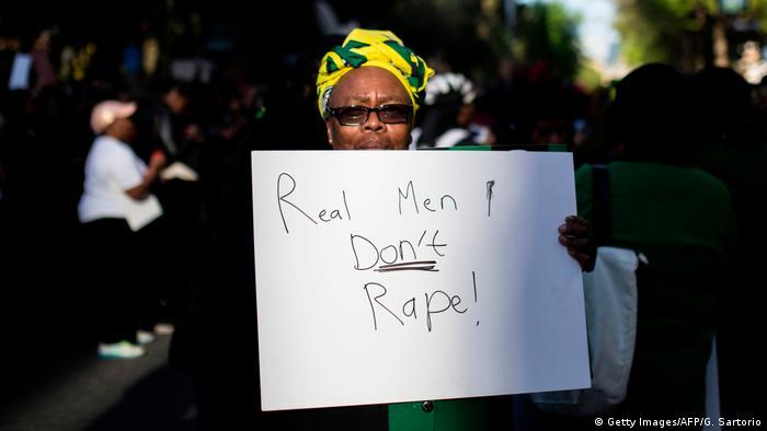 Südafrika: Frauen protestieren in Johannes nach Mord an Uyinene Mrwetyana (Getty Images/AFP/G. Sartorio)