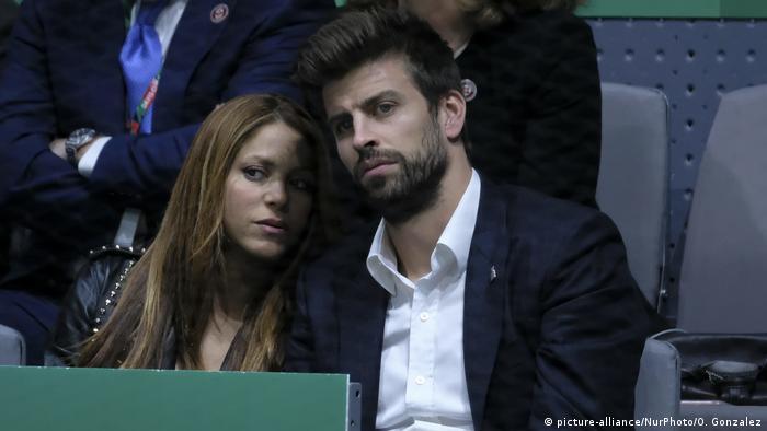 Shakira insiste en que entonces únicamente visitaba el país, debido a su relación sentimental con su actual pareja, el futbolista del FC Barcelona Gerard Piqué.