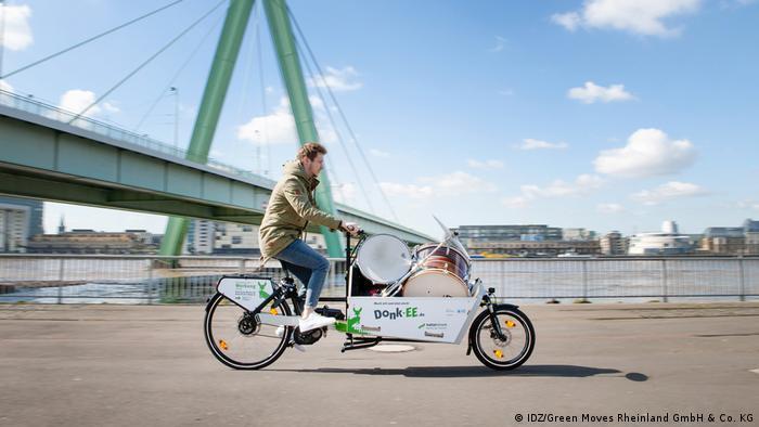 Un señor anda en una bicicleta de carga eléctrica de la empresa Donk-EE.