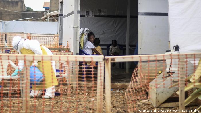 Demokratische Republik Kongo Beni - Ebola Zentrum (picture-alliance/AP Photo/A. Kudra Maliro)