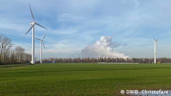 Ветрогенераторы и дым от угольной электростанции в Лангервее