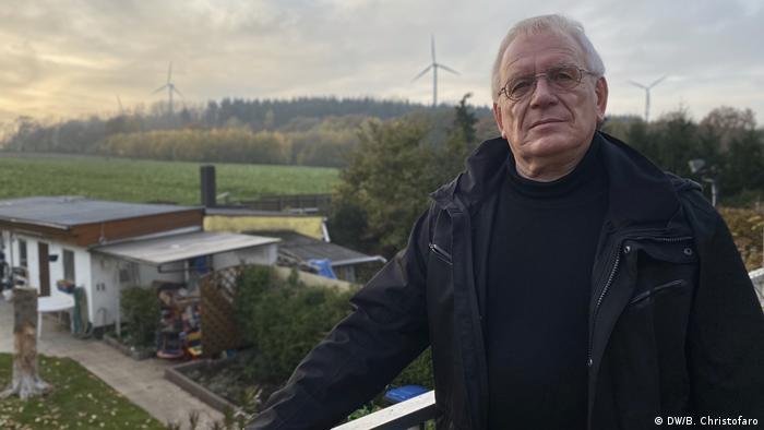 Немецкий пенсионер Руди Фришмут на балконе своего дома в Лангервее