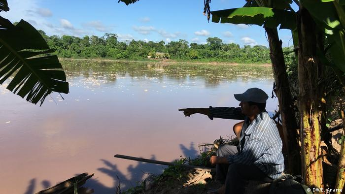 Foto de una persona cerca del río Ucayali, Perú