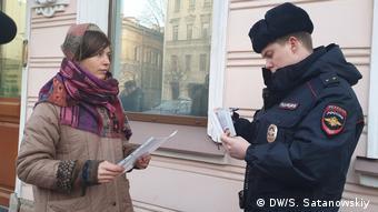 Вероника Беседина во время пикета общается с полицейским
