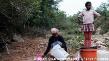 Minky Sithole und ihre Familie holen Wasser