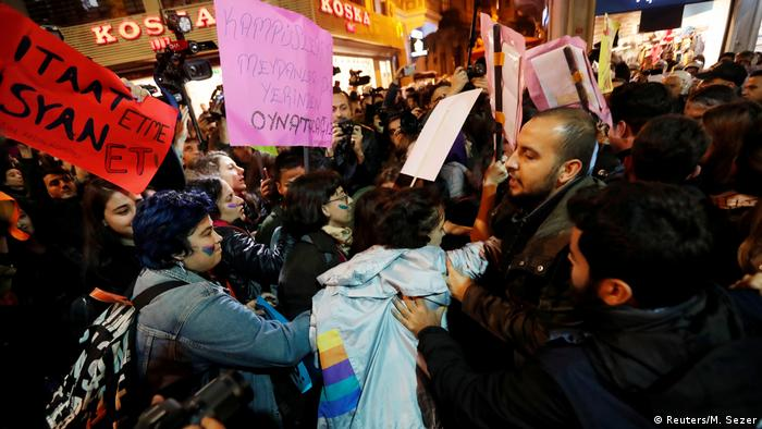 برخی تظاهرات اعتراضی علیه کشتن زنان به درگیری و دخالت پلیس انجامیده است؛ استانبول، ۲۵ نوامبر ۲۰۱۹