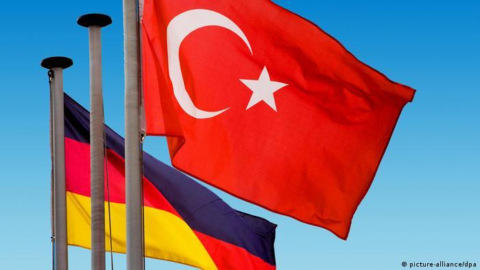 Symbolbild | Türkische und deutsche Nationalflaggen wehen vor blauem Himmel