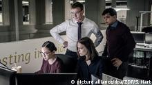 HANDOUT - 19.09.2019, ---, -: Jana (Paula Beer, 2.v.r.) bekommt ein Team zur Seite gestellt: Thao Hoang (Mai Duong Kieu, l.), Adam Pohl (Albrecht Schuch, 2.v.l.) und Shanti Bhardevej (Utsav Agrawal, r.) legen sich ins Zeug, um einen lukrativen Auftrag ans Land zu ziehen in dieser Szene der Folge Die Kündigung der ZDF-Serie Bad Banks. Die bereits mehrfach ausgezeichnete Serie ist für einen International Emmy nominiert. (zu dpa Zwei deutsche Nominierungen bei den International Emmys) Foto: Sammy Hart/ZDF/dpa - ACHTUNG: Nur zur redaktionellen Verwendung im Zusammenhang mit einer Berichterstattung über die ZDF-Serie, honorarfrei und nur mit vollständiger Nennung des vorstehenden Credits +++ dpa-Bildfunk +++ |