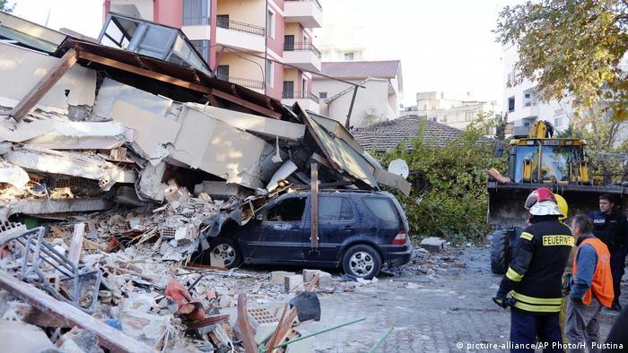 Un auto bajo los escombors en Dürres, Albania.