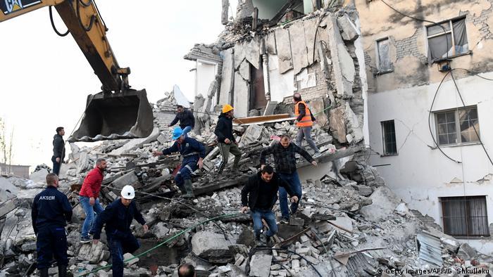 Las esperanzas de hallar con vida a más sobrevivientes han disminuido. Las tareas de rescate se complican por las permanentes réplicas.