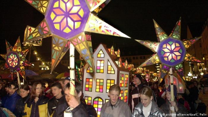 Germany, Nuermberg | Christkindlesmark, people participating in the procession of lights (picture-alliance/dpa/C. Felix)