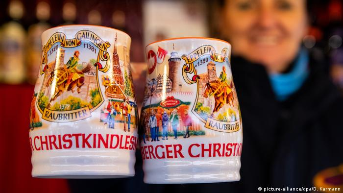 Germany, Nuermberg | Christkindlesmarkt, close-up of mulled-wine mugs (picture-alliance/dpa/D. Karmann)