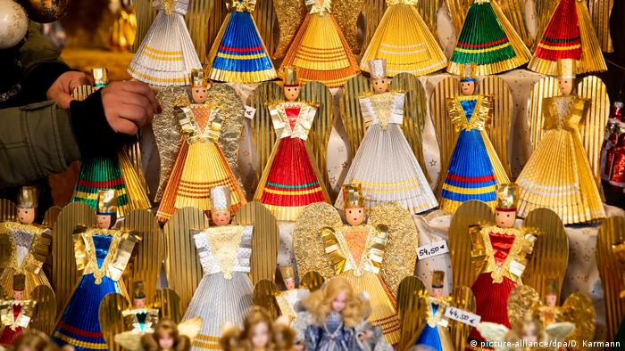 Nuermberg | Christkindlesmarkt close-up of tinsel angels for sale (picture-alliance/dpa/D. Karmann)