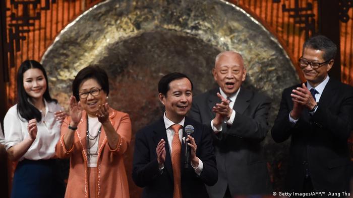 Paul Chan, secretario de Finanzas de Hong Kong, con ejecutivos de Ali Baba. (Archivo).