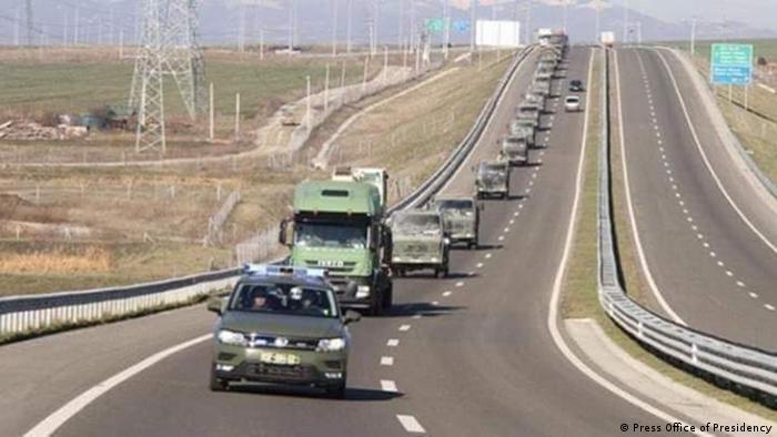 Vehículos con equipos de rescatistas llegan a Albania.