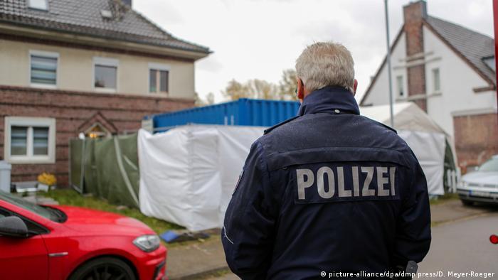 Polícia em frente à casa de suspeito