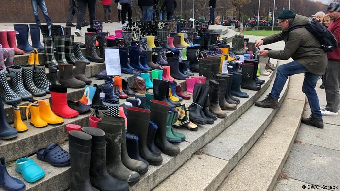 Sapatos na escada da Coluna da Vitória