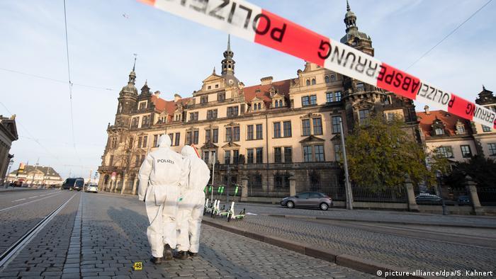 Polícia busca pistas na região do lado de fora do museu Grünes Gewölbe, em Dresden