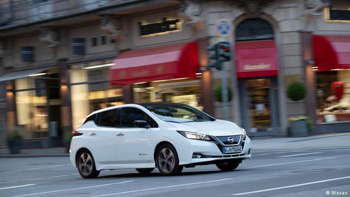 Ein Nissan Leaf fährt über eine Kreuzung