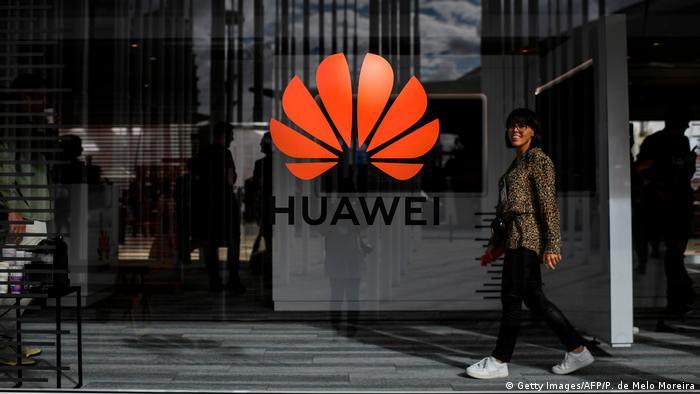 Portugal | Huawei Logo in Lissabon (Getty Images/AFP/P. de Melo Moreira)