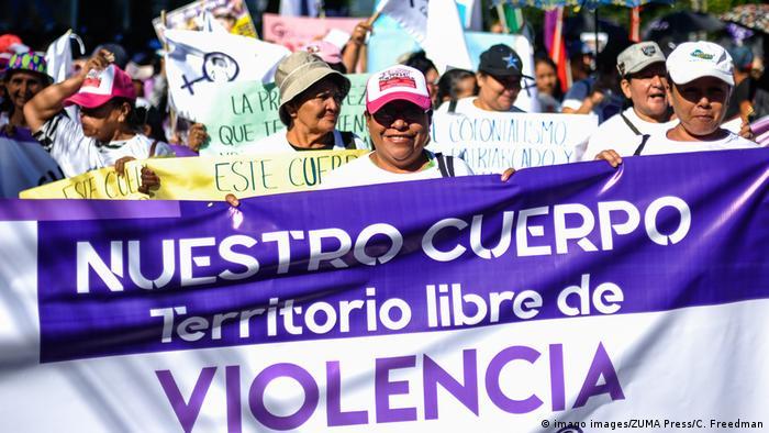 Foto de protesta de mujeres salvadoreñas.