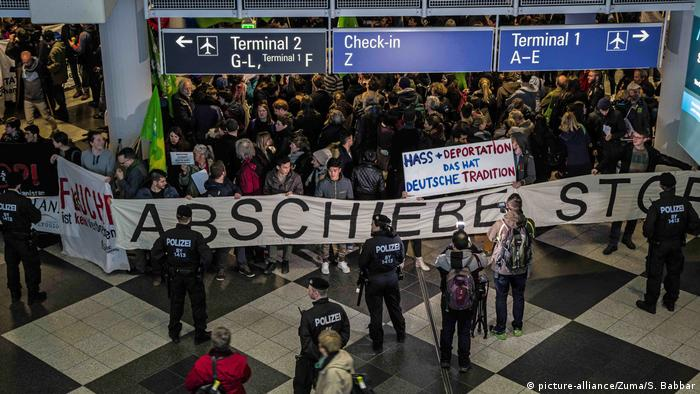 München Proteste gegen Abschiebungen nach Afghanistan am Flughafen