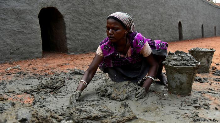 Indien Frauen Arbeit in einer Ziegelei (Reuters/R. Roy)