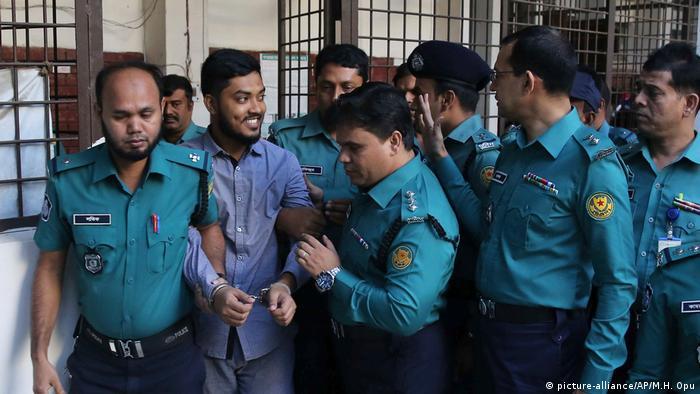 Un tribunal antiterrorista de Bangladés condenó a muerte por ahorcamiento a 7 de 8 acusados por el ataque yihadista a un restaurante en Dacca en 2016, un atentando que conmocionó al país asiático al conocerse que la mayoría de los 22 fallecidos, 18 de ellos extranjeros, fueron asesinados a machetazos (27.11.2019).
