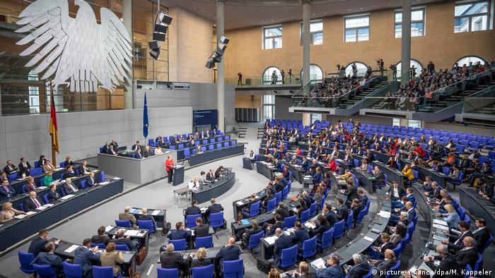 Berlin Bundestag Rede Bundeskanzlerin Angela Merkel (picture-alliance/dpa/M. Kappeler)
