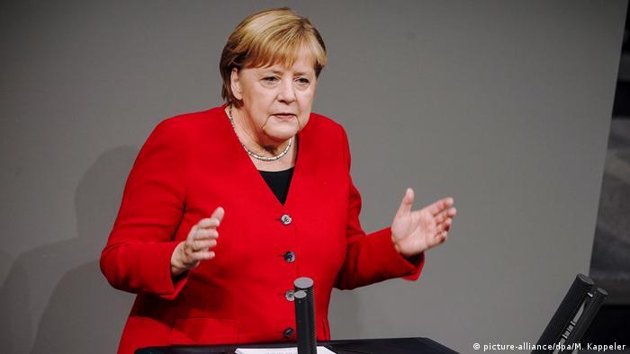 La canciller alemana viajará a Polonia el 6 de diciembre, un poco más de un mes antes de la conmemoración, en enero de 2020, del 75º aniversario de la liberación del campo nazi. Merkel será la primera líder de un gobierno alemán en 24 años en dirigirse al antiguo campo de concentración, donde alrededor de 1.1 millones de personas fueron asesinadas por los nazis entre 1940 y 1945 (29.11.2019).