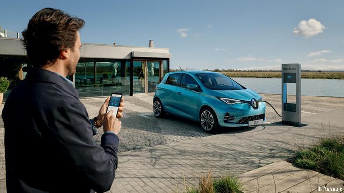 رنو الکتریکی زوئه، یکصد هزار و ۴۳۱ دستگاه در جهان به فروش رفته که در رتبه سوم پرفروشترین خودروهای الکتریکی جهان قرار میگیرد. این خودرو در فرانسه نیز پرفروشترین است.