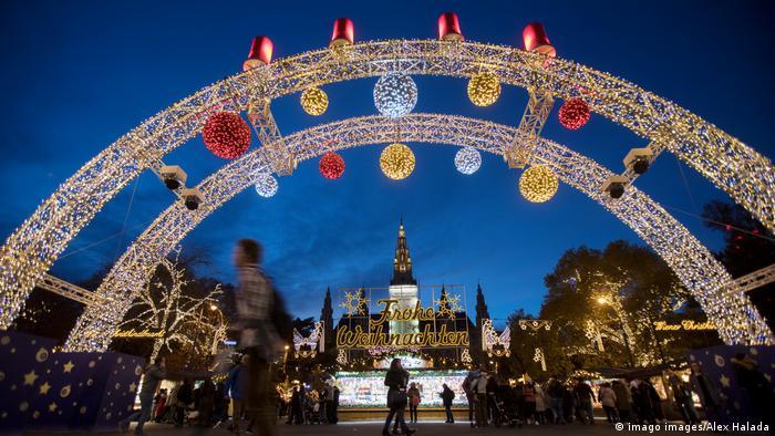 Luzes coloridas no portão de entrada do mercado de Natal