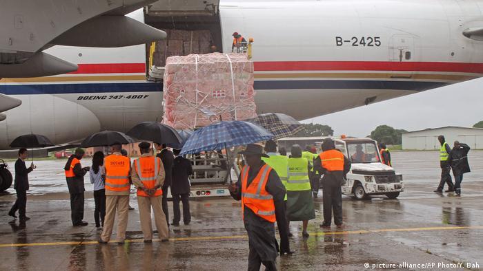 Des travailleurs déchargent des produits d'aide liés à Ebola venus de Chine à l'aéroport de Conakry le 11 août 2014 (archives)