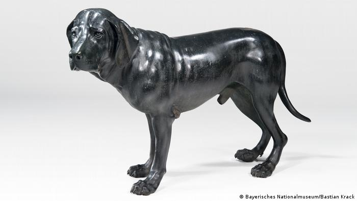 a bronze of a a hunting dog that might be related to a Weimaraner (Bayerisches Nationalmuseum/Bastian Krack)
