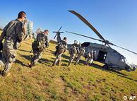 Soldados norte-americanos levam suprimentos a vítimas do terremoto