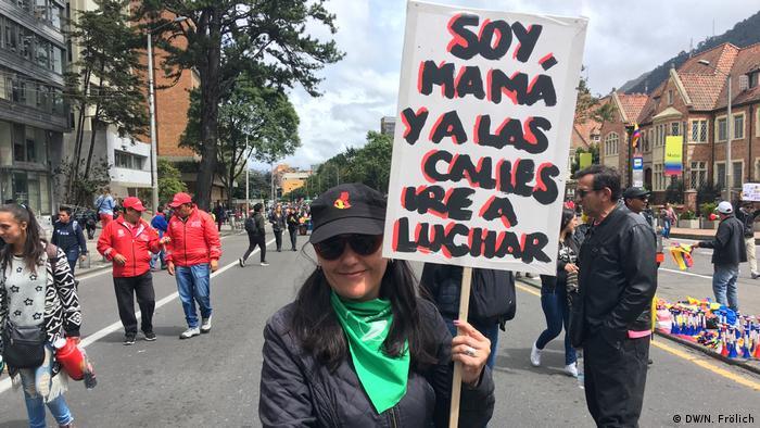 Pilar Peralta, la abogada que fue a la manifestación con su hijo adolescente.