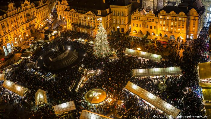 Prague, Czech Republic - aerial view of the festively lit Christmas Market (picture-alliance/imagebroker/V. Wolf)
