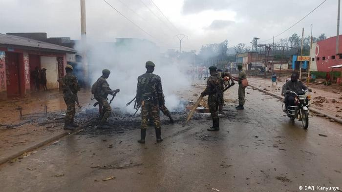 Soldados apagam incêndios causados por manifestantes em fúria com a mais recente onda de ataques em Beni.