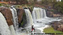 Kenia -Nationalpark Fourteen Falls: Junge springt einen Wasserfall hinunter