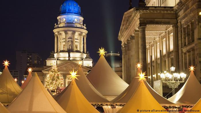 Germany, Berlin Gendarmenmarkt Christmas market, tops of the white marquees of the stalls (picture-alliance/imagebroker/J. Woodhouse)
