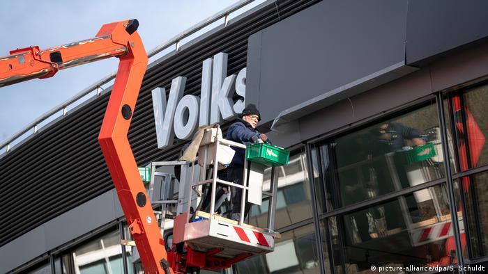 Braunschweig | Volkwagen Schriftzug der Volkswagen Halle wird vor AfD Budnesparteitag abgedeckt