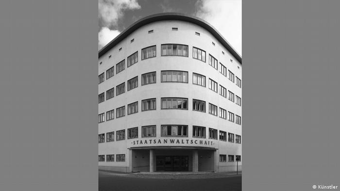 Republika Weimarska była przeniknięta duchem demokracji – równość wszystkich obywateli miał też odzwierciedlać wygląd rządowych budynków. Już nie budzących respekt czy wręcz strach, ale zaufanie. Stąd ich architektoniczna prostota mająca sygnalizować otwartość. Doskonale pokazuje to gmach dzisiejszej prokuratury, niegdyś sądu rejonowego we Frankfurcie nad Odrą, zbudowanego w latach 1931-33 przez rządowych radców budowlanych Tetanen i Kuner. (Künstler)