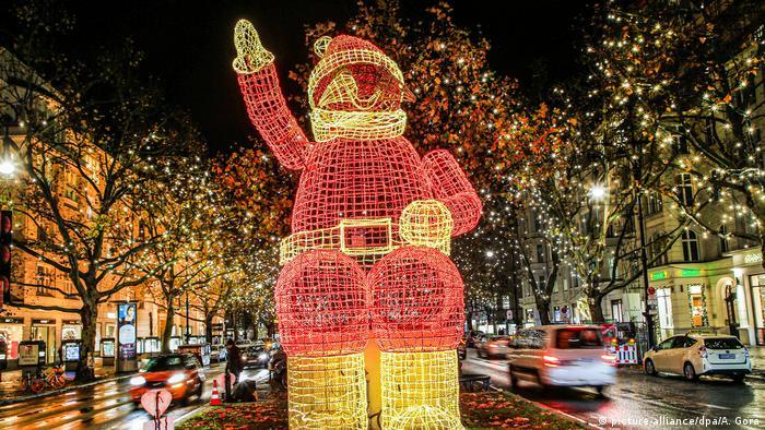 A Santa Claus light installation at Kurfürstendamm in Berlin (picture-alliance/dpa/A. Gora)