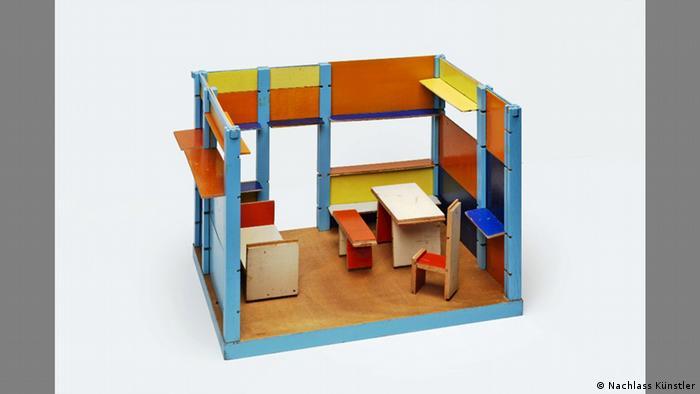 """Twórcy Bauhausu przywiązywali ogromną rolę do wychowania. Ich naczelnym hasłem było pobudzanie kreatywności, od dziecka, bo tylko kreatywny człowiek może być naprawdę wolny. Łączyli przy tym aspekty artystyczne z praktycznymi. Takim sztandarowym przykładem tego nowatorskiego spojrzenia jest """"domek dla lalek"""", Ludwiga Hirschfelda-Macka, wykładowcy m.in. na nowatorskiej Akademii Pedagogicznej we Frankfurcie nad Odrą. (Nachlass Künstler)"""